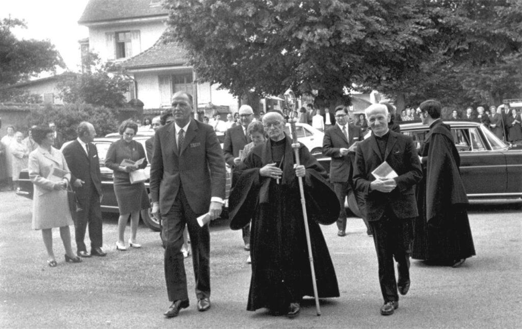 Gemeinsam auf dem Weg zur feierlichen Rückgabe des Klosters am 21. Juni 1971: Landammann Willi Ritschard (links), Abt Basilius Niederberger, Dompropst Josef Eggenschwiler. | © Archiv Kloster Mariastein
