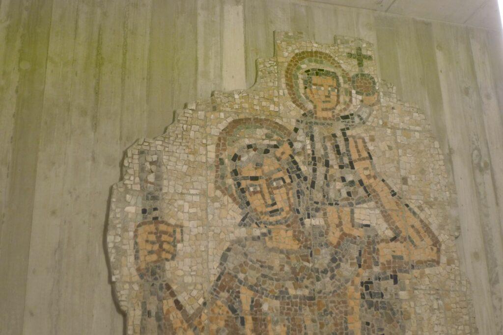 Das Mosaik, das sich auf der Fassade der abgerissenen Kirche St. Christophorus befand, hat einen Platz in der Kapelle erhalten. | © Regula Vogt-Kohler