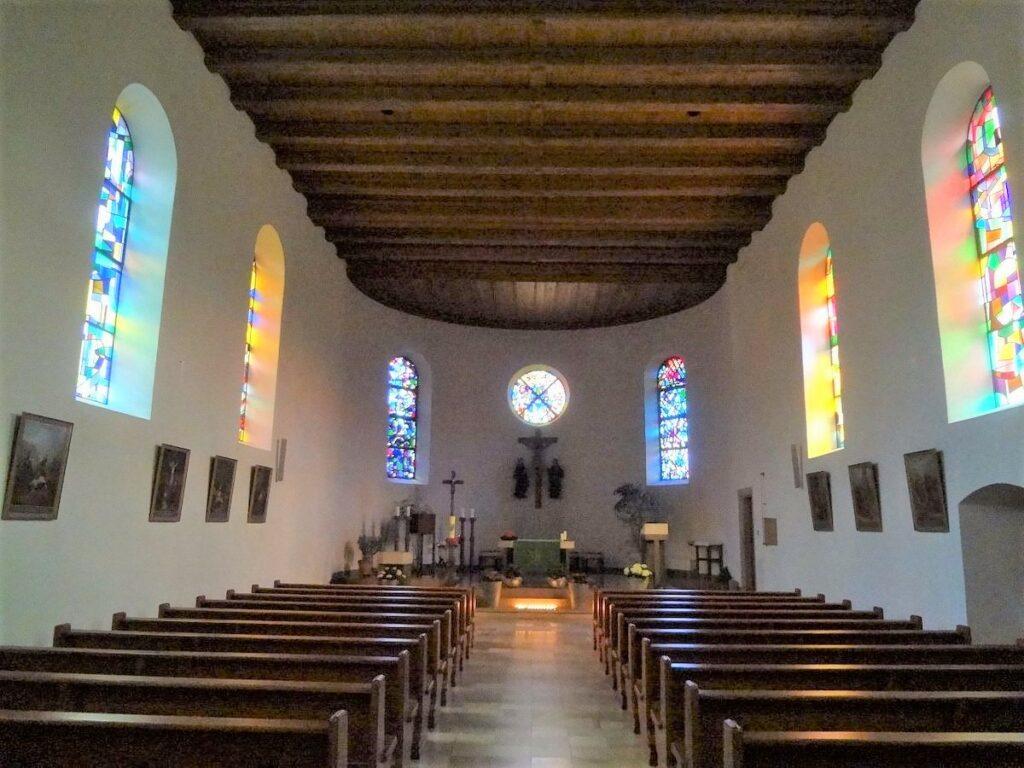 Innenraum der Pfarrkirche Liesberg, Gestaltung nach der Liturgiereform des Zweiten Vatikanischen Konzils. | © Fabienne Netzhammer