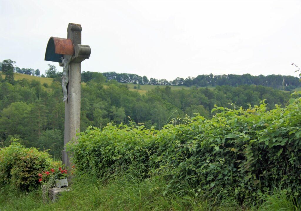 Von der Pfarrkirche führt der Weg dorfaufwärts bald zu diesem Wegkreuz. | © Fabienne Netzhammer