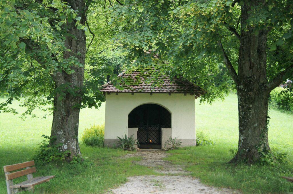 Unter Linden: Die kleine Wegkapelle Albach, an einem Zubringer zum Jakobsweg. | © Fabienne Netzhammer