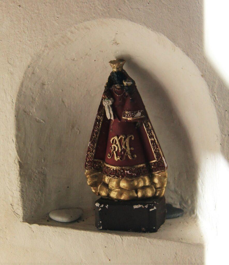 Schwarze Madonna in einer Mauernische in der Kapelle Albach. | © Fabienne Netzhammer