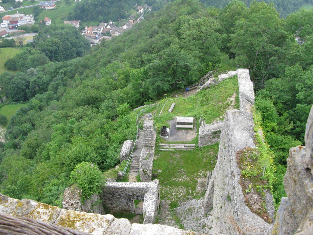 Blick vom Turm auf die Schlossruine Waldenburg. Links oben ist der Edenrank erkennbar. | © Christian von Arx