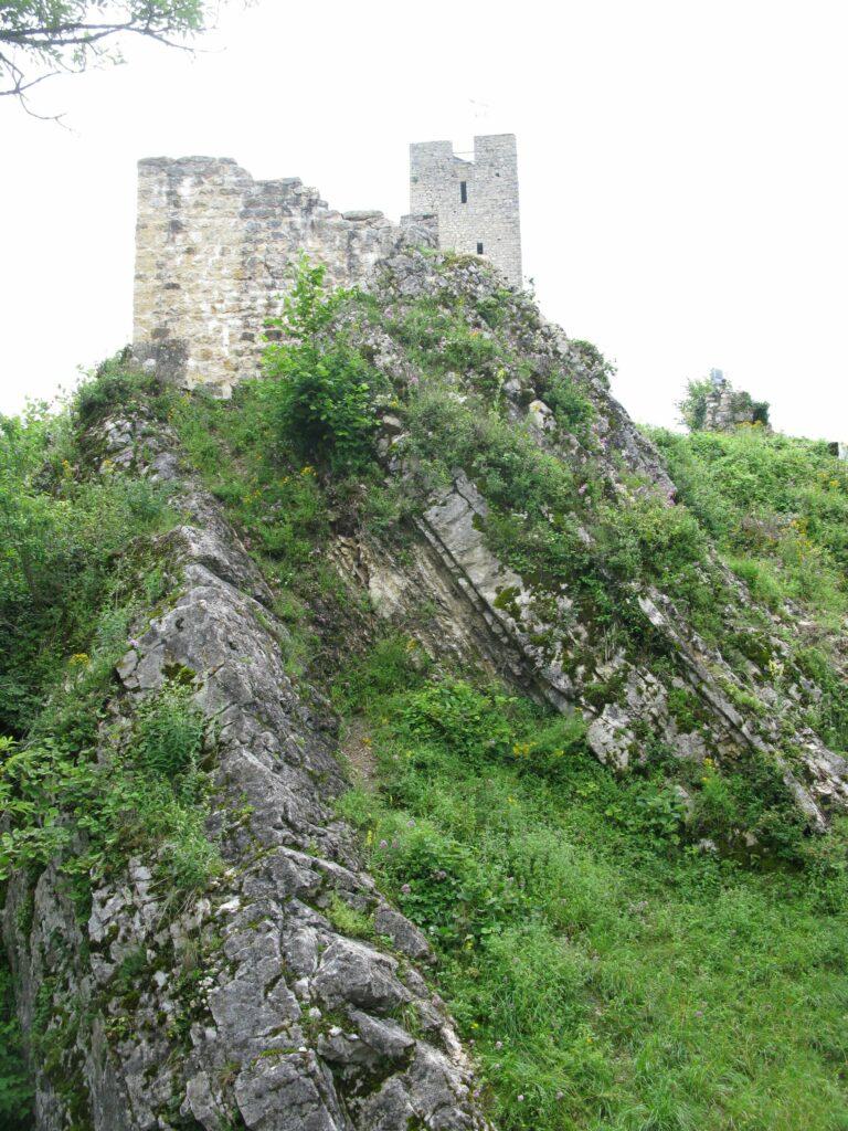 Die Burg Waldenburg wurde um 1200 von den Froburgern auf dem Grat der Gerstelfluh erbaut, noch vor dem Städtchen. | © Christian von Arx