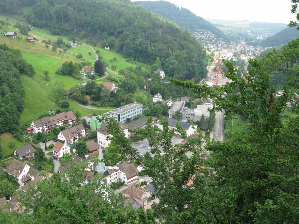 Der Aufstieg zur Ruine bietet einen schönen Ausblick auf das Stedtli und das Waldenburgertal (Blick Richtung Norden). | © Christian von Arx
