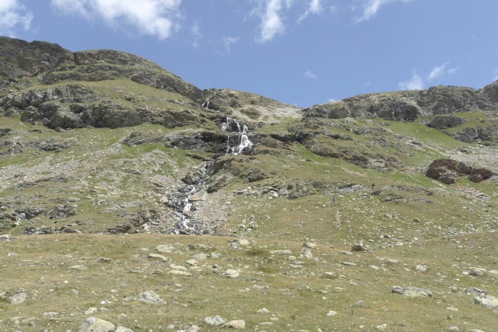 Rechts neben dem Wasserfall führt ein Pfad den steilen Hang von der Fuorcla Pischa zum Lej Languard hinunter. | © Regula Vogt-Kohler