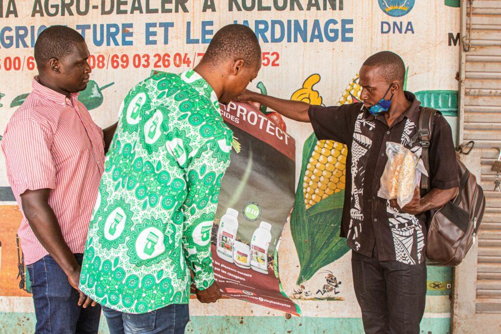 Seybou Diarra kauft beim Grossisten seine Bioprodukte für den nachhaltigen Anbau ein, die er in seinem Dorf den Bauern verkauft.   © John Kalapo/Caritas Schweiz